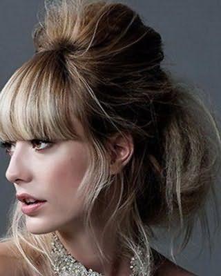 Прическа с начесом и прямой густой челкой на светло-русые волосы