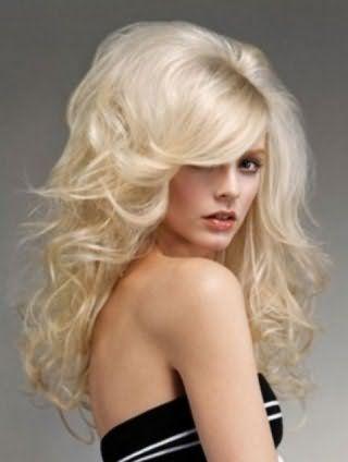 Объемная укладка с начесом и косой челкой для длинных волос пепельного цвета будет идеальным вариантом для свадебной фотосессии