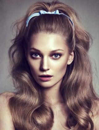 Красивая женская прическа с начесом и локонами на длинные русые волосы