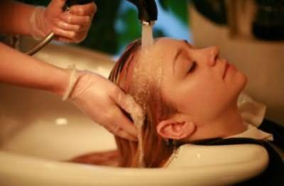 Смывайте средство с волос под обильным количеством проточной воды.