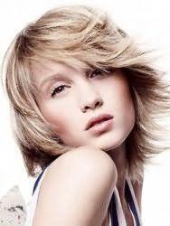 Женская стрижка градуированное каре для волос пепельно-русого оттенка будет гармонично смотреться с удлиненным вариантом челки на бок, уложенной в хаотичном стиле