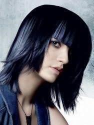 Вариант стрижки двойное каре с густой прямой челкой для волос черного цвета эффектно будет выглядеть в тандеме с мелированными синими прядками