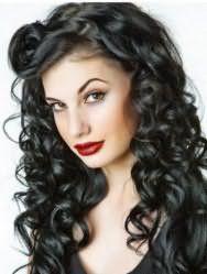 Идея прически для длинных кудрявых волос, в которой кудри сформированы в отдельные прядки, удлиненная челка слегка начесана и уложена в виде большого завитка, а черный цвет волос и ярко-красная помада дополняют созданный лук в стиле пин ап