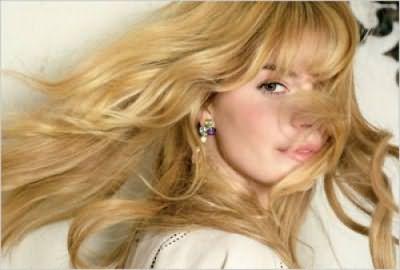 Хна осветляет волосы и делает их блестящими.