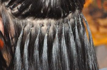 Мыть наращенные волосы нужно крайне аккуратно, иначе вы повредите места сцепки