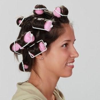 На фото изображен момент того, как правильно накрутить волосы на поролоновые бигуди