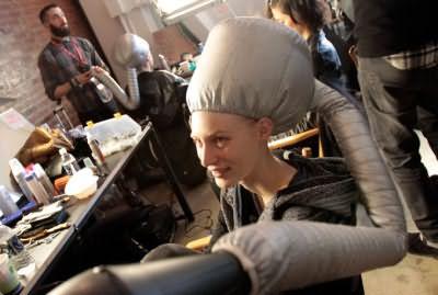 Профессиональное высушивание волос у моделей перед выходом на подиум