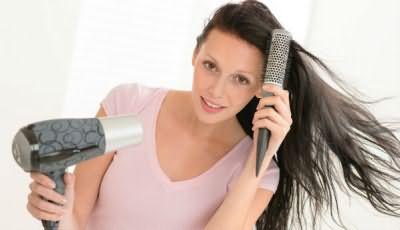 Использование расчески при сушке длинных волос упростит задачу