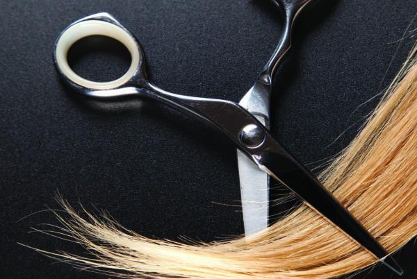 Перед тем, как подстричь волосы самой себе, проверьте готовность главного помощника – остроту ножниц