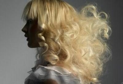 Фото волос, которые не только пушатся, но и имеют поврежденную структуру, сеченые кончики, указывающие на признаки сухости