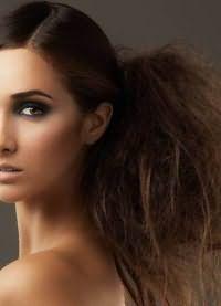 прически с хвостом на средние волосы 5