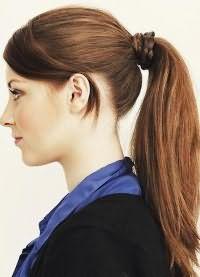 прически с хвостом на средние волосы 7