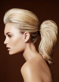 прически с хвостом на средние волосы 8
