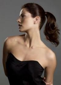 прически с хвостом на средние волосы 9