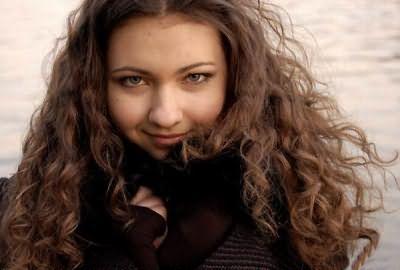Фото девушки с длинными кудрявыми волосами