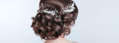 Прическа-пучок с заколкой на средних волосах