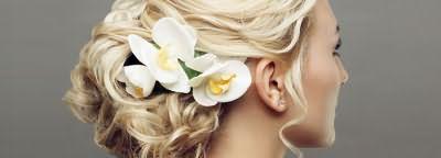 Прическа-пучок с цветами на средней длине