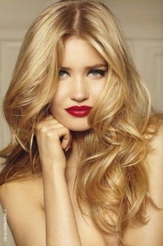 Долговременная укладка для длинных волос в виде крупных локонов, которая создается при помощи бигуди и средств для укладки, будет гармоничным дополнением макияжа с широкими стрелками и помадой темно-красного оттенка
