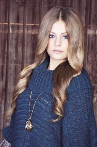 Укладка длинных густых волос в форме локонов создается при помощи бигуди и отлично дополняет дневной макияж в фиолетовой гамме с акцентом на глаза