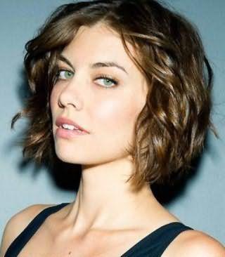 Модная идея как сделать локоны на короткие волосы - эффект мокрых волос в комбинации с мелированием на русые волосы