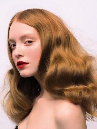 Долговременная укладка на густые длинные волосы русого цвета в виде крупных локонов в стиле ретро отлично смотрится в тандеме с дневным макияжем с акцентом на ярко-красные губы