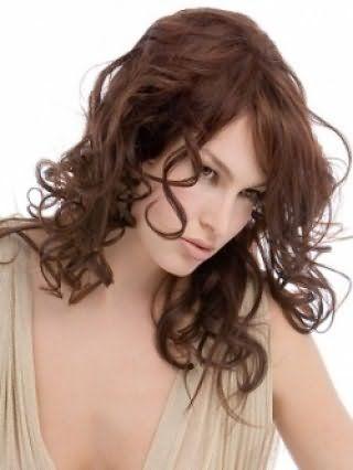Прическа на средние волосы в форме мелких локонов, в сочетании с удлиненной выпрямленной челкой, станет безупречным вариантом для вечернего образа