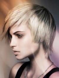 Короткая рваная креативная стрижка для волос пепельно-русого цвета