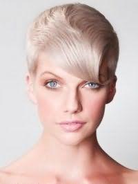 Женская креативная стрижка с удлиненной косой челкой для коротких волос пепельного оттенка