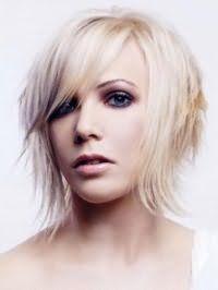 Вариант креативной рваной стрижки для тонких волос средней длины