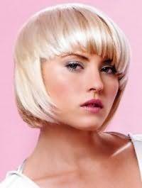 Женская креативная стрижка каре с густой челкой для средних волос пепельного цвета