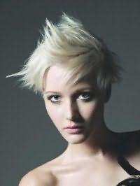 Идея для укладки эмо прически для средних волос пепельного оттенка
