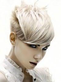 Ультрамодная рваная стрижка с густой челкой для коротких волос пепельно русого цвета