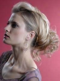 Русый цвет волос хорошо выглядит на длинных волосах, уложенных в вечернюю прическу с локонами, и сочетается с черной тушью и помадой бордового оттенка
