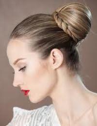 Элегантная прическа пучок с элементами плетения для тонких длинных волос