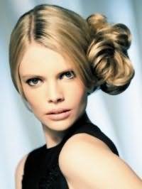 Женская прическа пучок из волос на бок для локонов светло-русого оттенка