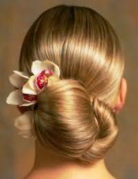 Аксессуар в виде цветка для прически низкий пучок на средние волосы