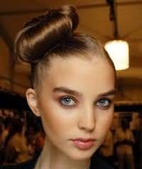 Идея прически высокий пучок на бок для длинных волос каштанового оттенка
