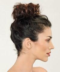 Вариант прически небрежный пучок для темных длинных волос