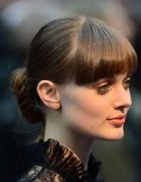 Прическа пучок на каждый день, дополненная прямой челкой, для волос каштанового цвета