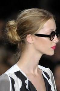 Прическа пучок из волос на каждый день для локонов пепельно-русого цвета