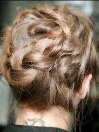 Вариант прически пучок для обладательниц волос средней длины