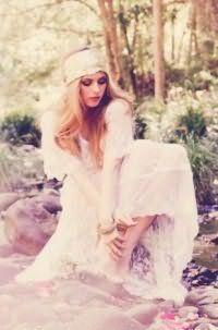 Женственный образ поможет создать прическа с распущенными волосами для блондинок. Длинные пряди укладываются в крупные локоны и фиксируются широкой кружевной лентой в области лба.