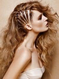 Оригинальная прическа с распущенными волосами отлично впишется в креативный образ. Длинные волосы накручиваются в легкие локоны и укладываются на бок. С одной стороны в височной зоне мелкие прядки по отдельности фиксируются небольшими резинками, обернутыми волосами.