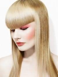Очень элегантный образ предоставляют гладкие распущенные волосы. Все пряди выпрямляются утюжком, густая ровная челка отделяется от основной массы и фиксируется. Прическа станет отличным вариантом для обладательниц светлых длинных волос.