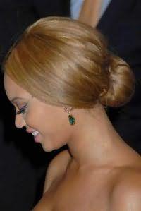 Красивая женская прическа шишка