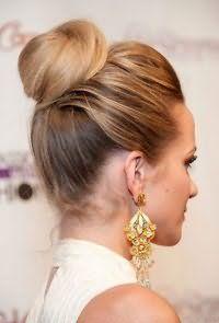Модная прическа шишка для средних волос