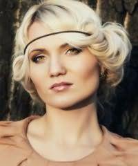 Идеальным вариантом для блондинок является греческая прическа с боковым пробором и челкой, заправленной в резинку, дополнит образ макияж в черных и коричневых тонах