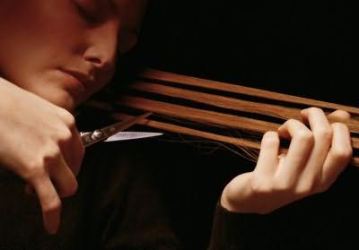 Отрастить длинные волосы - один из способов сделать их более прямыми за счет собственной тяжести