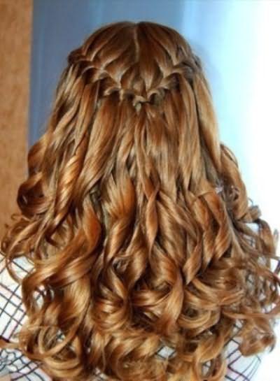 На фото: плетение с пробором посередине – 2 косы.