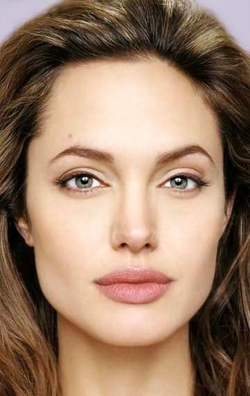 На фото: Анджелина Джоли, как пример квадратного лица с длинными прядями